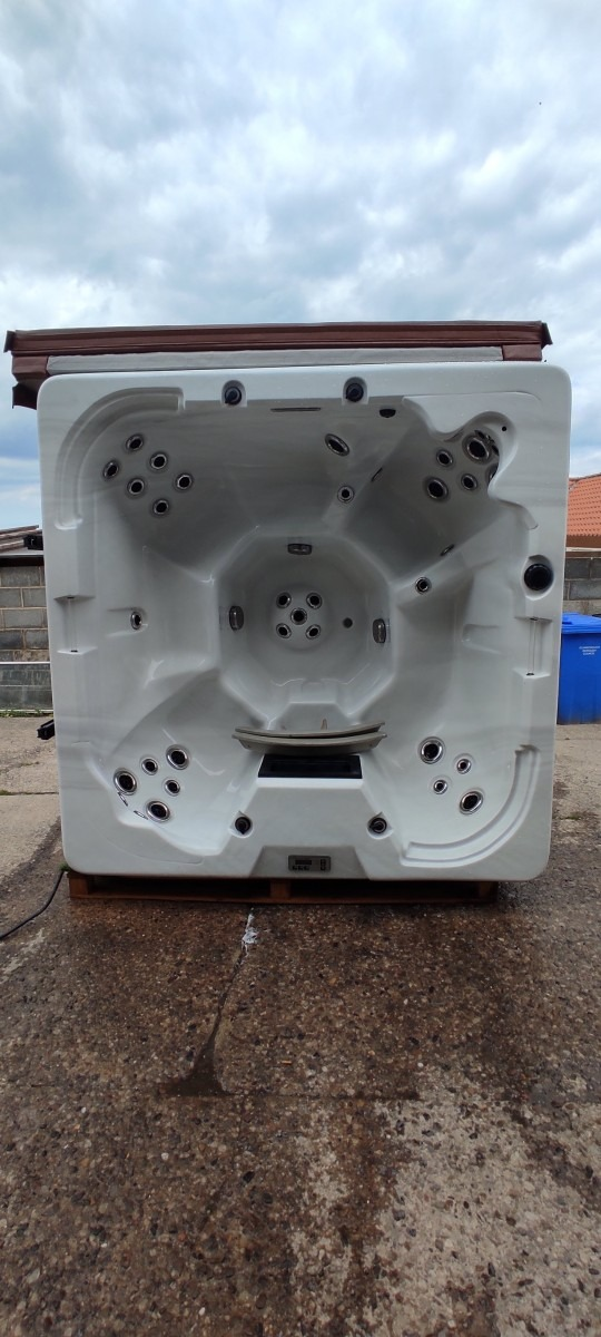 7 Seater White Shell Tub
